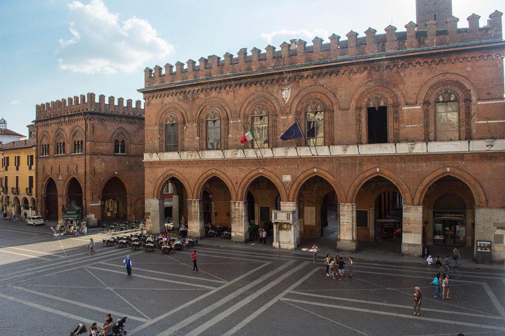 Cremona - Piazza del Comune - Grazie Italia - Claudio Messina - Business a tavola